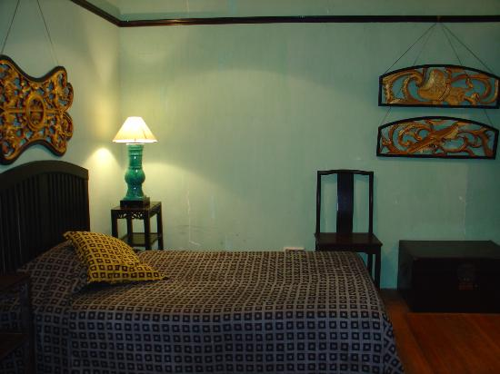 Cheong Fatt Tze - The Blue Mansion: Interesting antique room, but a little too dark and musky smelling