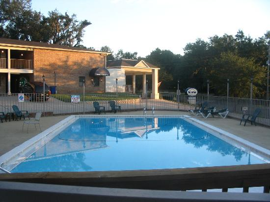 Suburban Extended Stay Hotel: Pool area