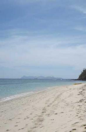 Tokoriki Island Resort: Sandy end of the beach at low tide