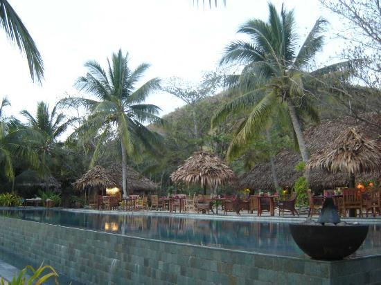 Tokoriki Island Resort: Outdoor dining area next to main pool