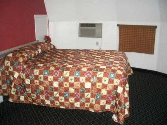 San Bernardino, CA: One queen size bed.