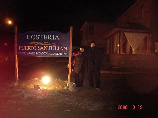 Hosteria Puerto San Julian: Cartel de la hosteira de noche