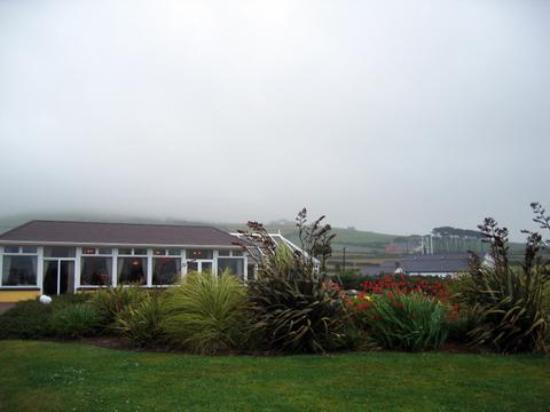 Dingle Skellig Hotel: View of the hotel restaurant from the bay
