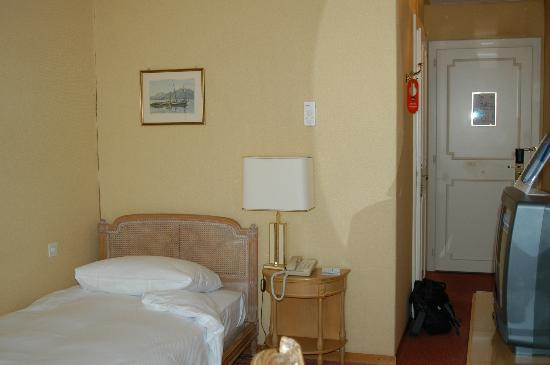 Hotel de la Paix: Single Room with peeling wallpaper along corner