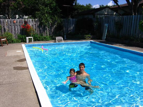 Bala Place Bed and Breakfast: The kids enjoying the lovely pool