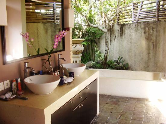 Grand Akhyati Villas and Spa: Bathroom.