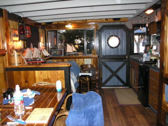 Ship House Bed and Breakfast: ship house inn