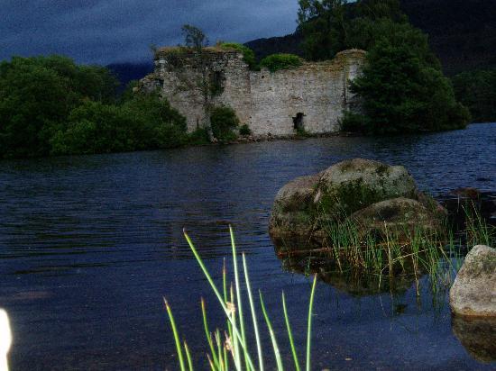Rothiemurchus: loch an eileen - ruins at dusk