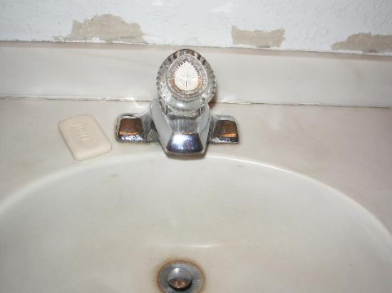 Casino West Motel : Bathroom sink