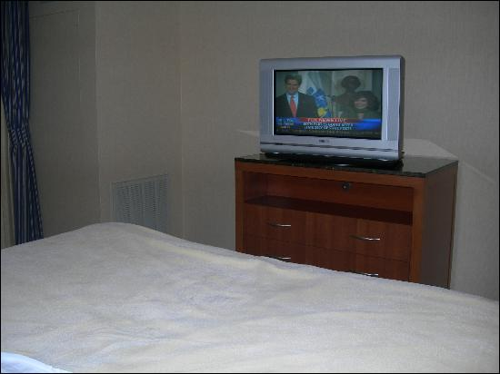 Hilton Garden Inn Buffalo Airport: HDTV, But No HD Signal Going Into It