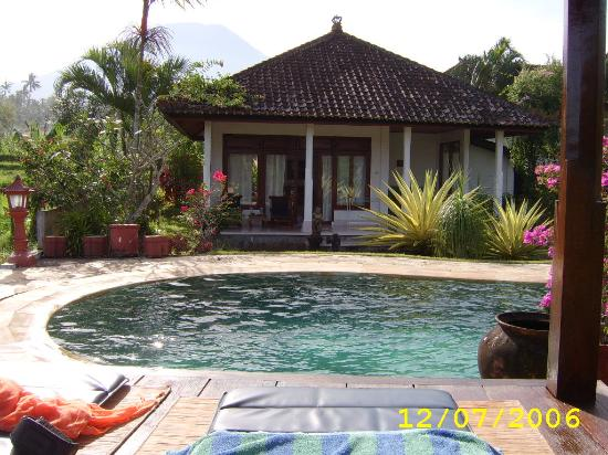 Cabe Bali: Our bungalow with the vulcano in the background