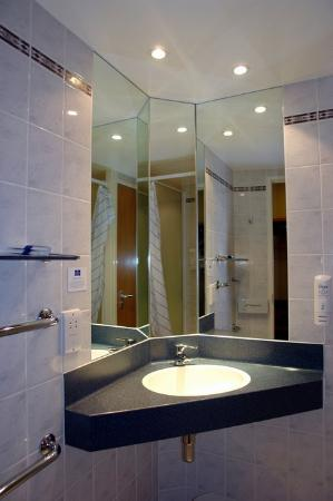 Premier Inn Pontypool Hotel: bathroom