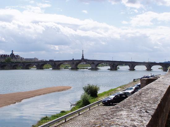 Hotel Mercure de Blois Centre : View down the Loire from the Quai by the hotel