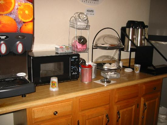 Super 8 Queensbury Glens Falls: Free Breakfest.  No Coffee, cups, or food
