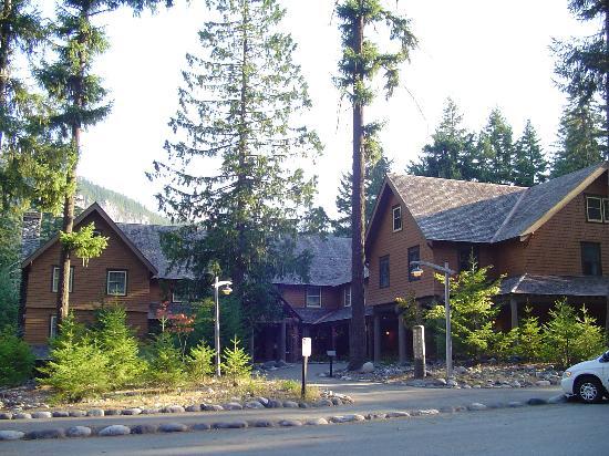National Park Inn at Mount Rainier: National Park Inn (Trust me the Mountain is Right behind the Lodge)