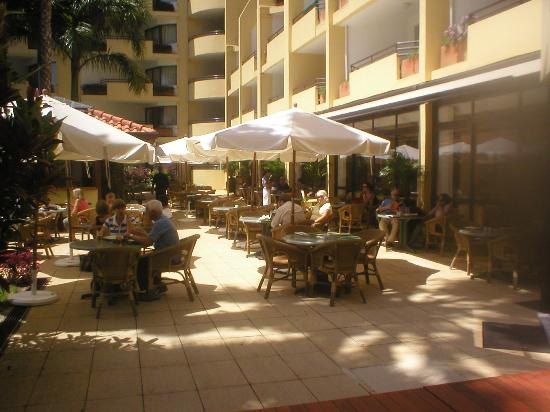 Suite Hotel Eden Mar: Outdoor Dining Area
