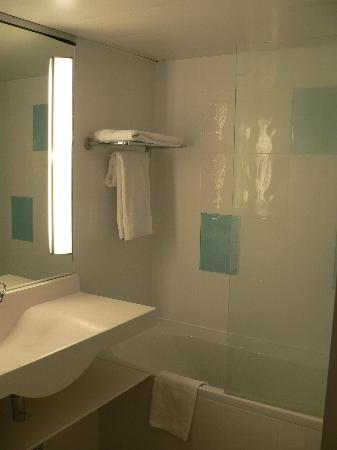 Novotel Paris Les Halles: clean bathroom