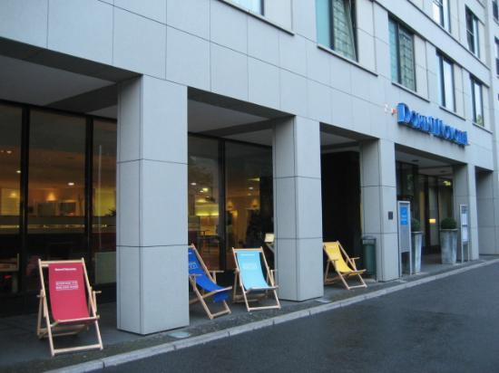Novotel Berlin Mitte: Deck chairs near main entrance