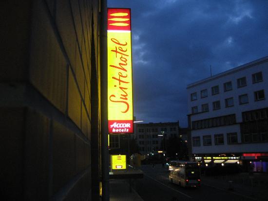 Novotel Suites Berlin City Potsdamer Platz: Looking towards the main entrance from 1st floor