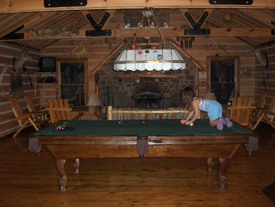 Cavender Creek Cabins Resort: Playing pool at the Lodge