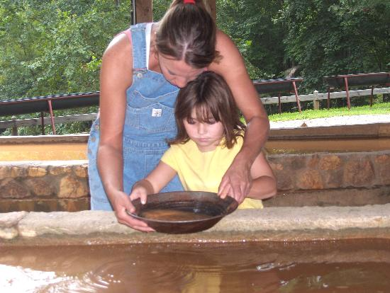 Dahlonega, Georgien: Panning for gold
