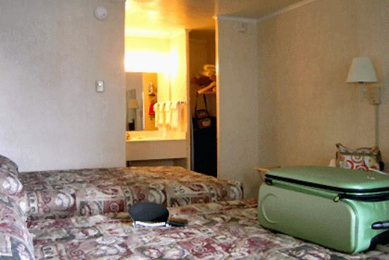 Oceanus Motel: Room with two beds