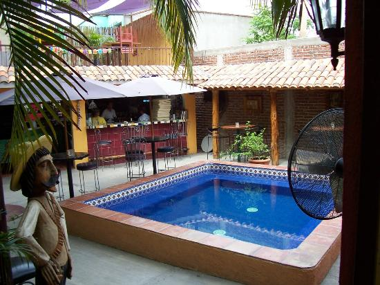Siesta Suites: Pool/restaurant area