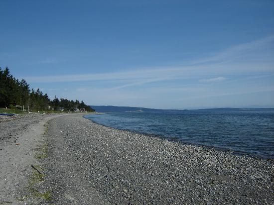 Qualicum Bay Bed and Breakfast: The beach outside the B+B