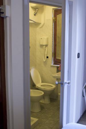 Hotel Arcobaleno: bathroom