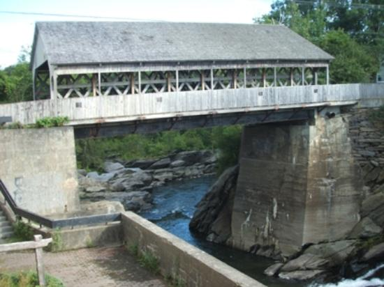 ‪‪Parker House Inn and Restaurant‬: Covered Bridge in Quechee. View from Simon Pierce‬