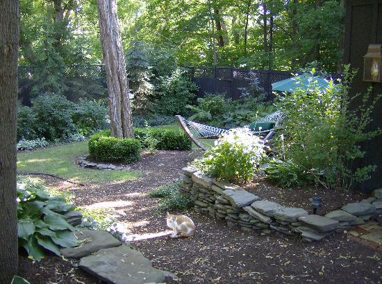 1795 Acorn Inn Bed and Breakfast: property gardens