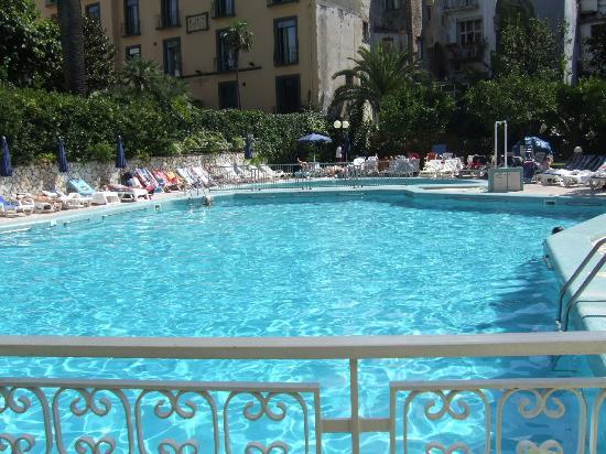 Carlton International Hotel: Pool