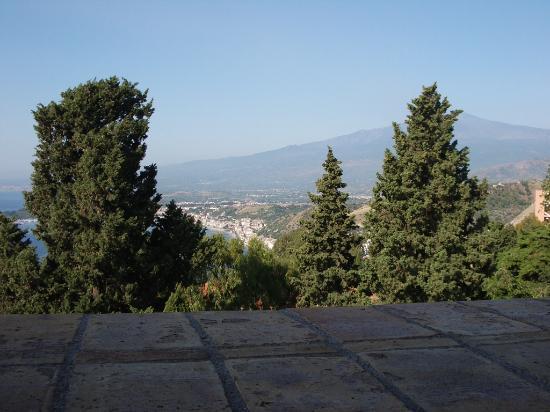 Hotel Villa Carlotta: View from breakfast terrace of Etna