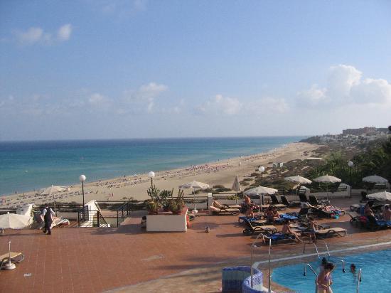 SBH Costa Calma Palace: L'hotel visto dalla spiaggia