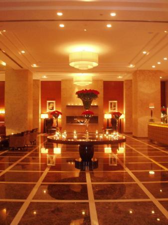 Grosvenor House Dubai: Lobby at night
