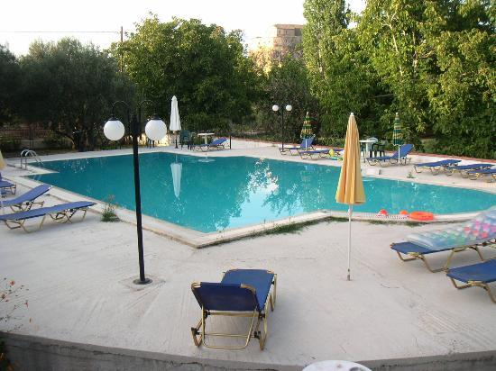 Petra, Yunanistan: Pool view at Nakelis