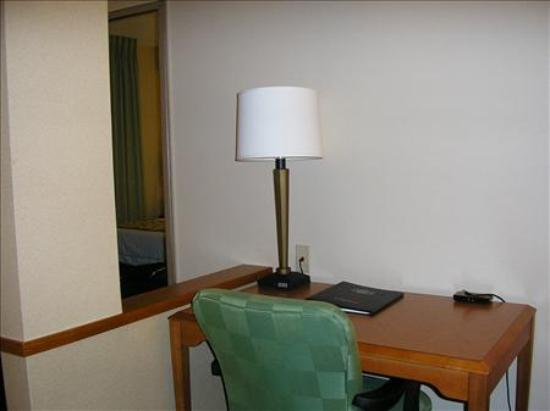 Fairfield Inn & Suites Germantown Gaithersburg: The desk area