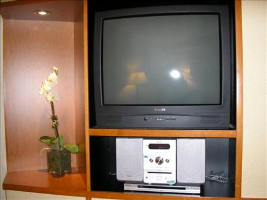 Fairfield Inn & Suites Germantown Gaithersburg: TV in living room and MP3 Player