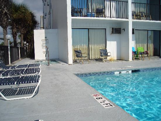 Sea Horn Motel: a small hot tub is located in the corner of the pool area