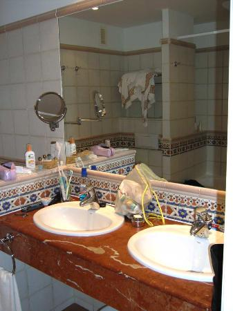 Barcelo Corralejo Bay: good sized bathroom