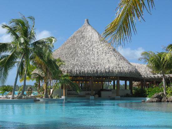 The St. Regis Bora Bora Resort : Pool and bar