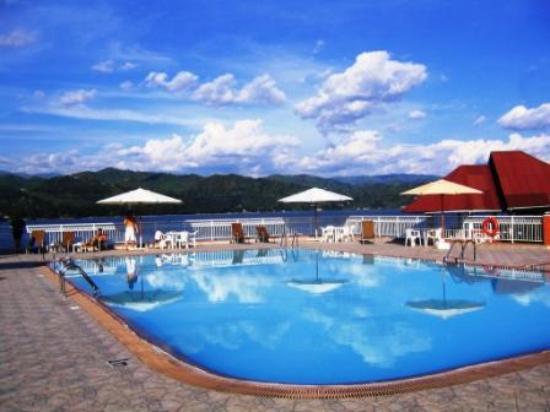 Hotel Ihusi: Aperçu de la piscine avec vue sur le lac Kivu et les collines du Rwanda voisin.