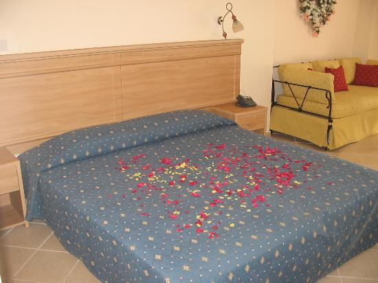 Hotel Porfi Beach: The bed in the room