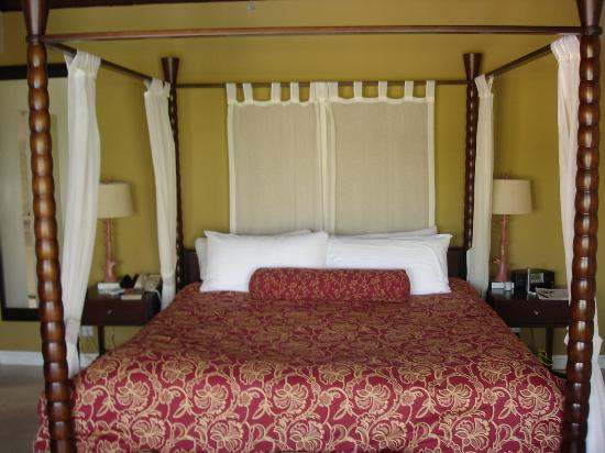 Spice Island Beach Resort: Our king size plus four poster bed