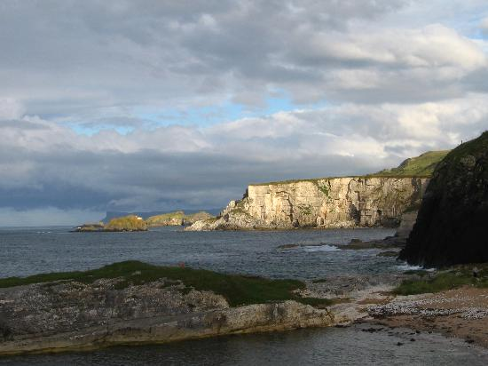 Sheep Island View Hostel and Conference Center: Ballintoy harbor (not to be missed)