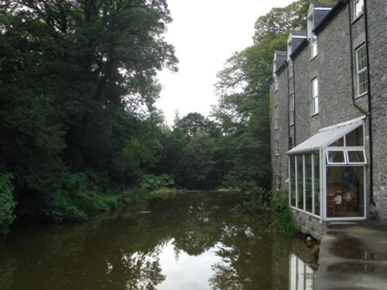 The Maltings: The back with breakfast room overlooking the river