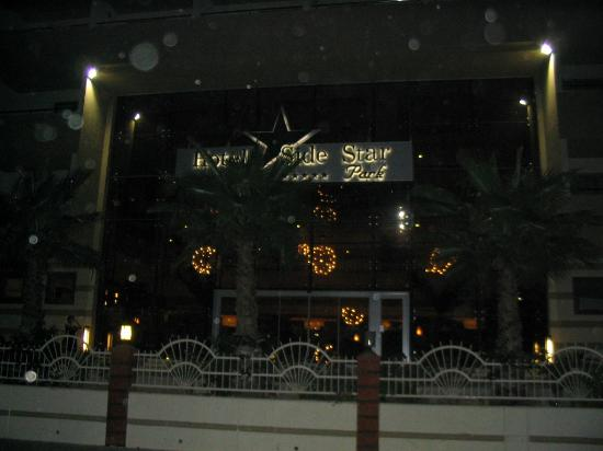 Side Star Park Hotel: Front of hotel at night.