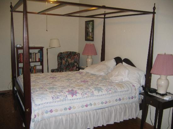Harpers Ferry Guest House: Four Poster Bed