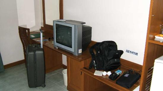 Jomtien Boathouse: The TV and desk