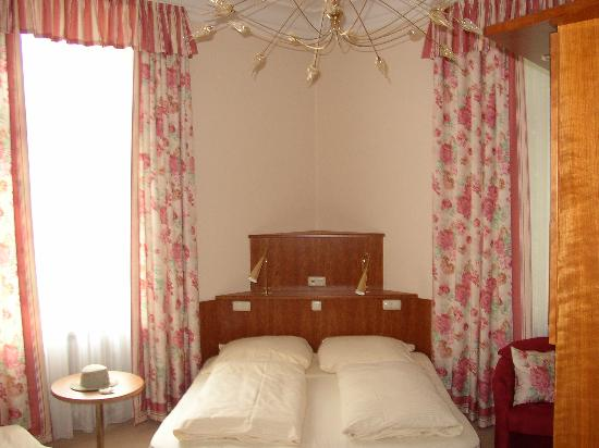 Hotel Uhland: Queen bed in quad room, #19
